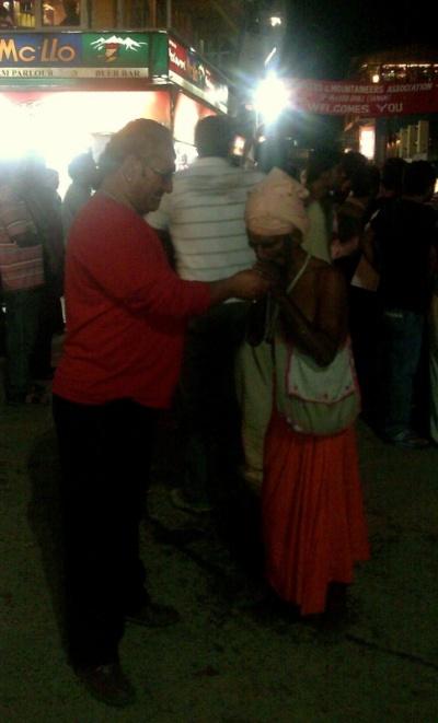 Хозяин гостиницы Аkash Deep устроил ночную дискотеку на площади в МГ