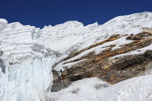 нужно уходить вправо к самой высокой части ледопада