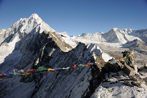 Спуск по веревкам начинается у самого нижнего края на фото. Где-то 100 метров крутизна склона как на скалах впереди.