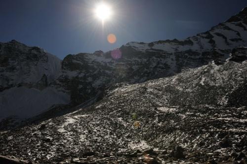 Вид на перевал с ледника Чукунга. Выход на вершину в районе шишки в середине гребня.