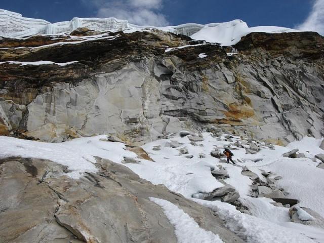 Скалки перед выходом на ледопад с юга пер. Ампхулабса