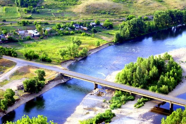 Летом река Ульба тихо струится