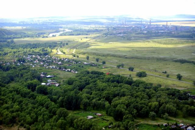 Внизу раскинулся  город Усть-Каменогорск