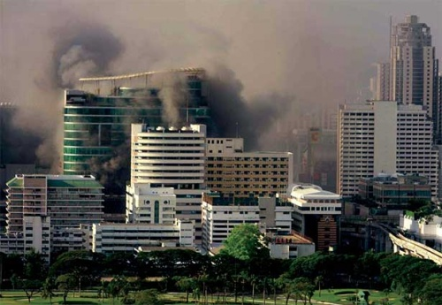Вчера после обеда: Smoke billows from CentralWorld at the Ratchaprasong intersection.