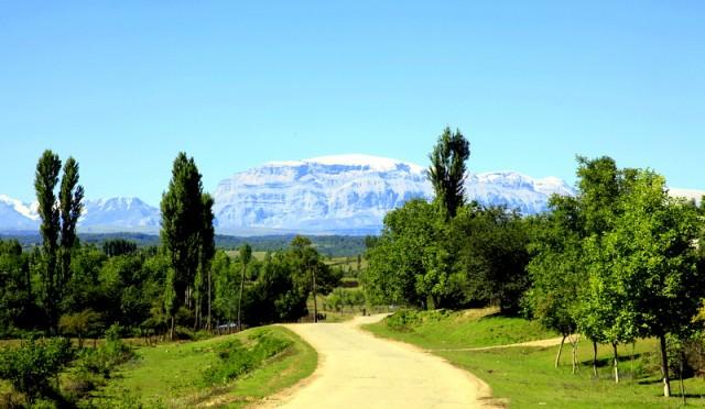 Дорога к заснеженным вершинам Шахдага