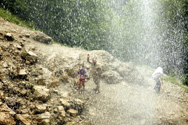 В свежих брызгах водопада