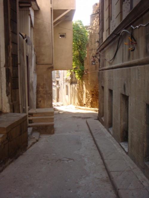когда ходишь по этим старым переулкам то на миг ощущяеш себя в древности