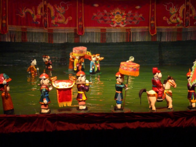 вечером - на представление с куклами на воде, и ходу, ходу отседова =)