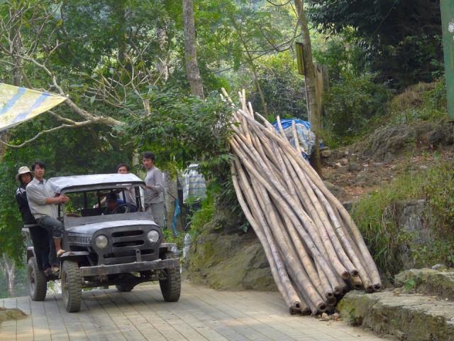 Судя по звуку и количеству гари, он передвигается на дровах.