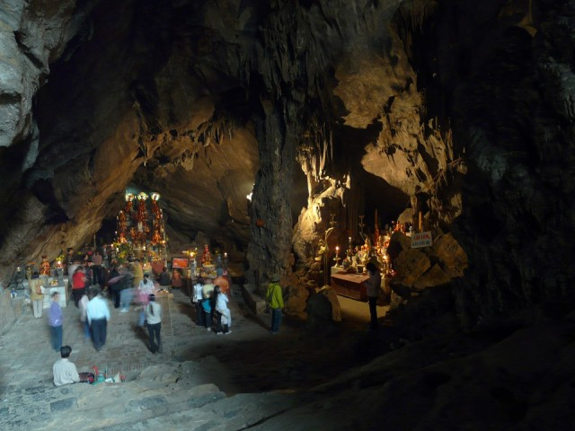 Пещера рядом с пагодой. Или сама пагода в пещере? Уже не вспомнить.