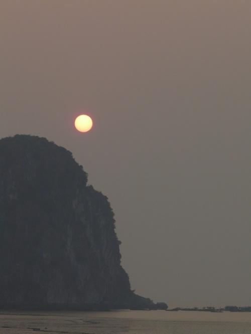 придется грести за ней во-от к тому (неразборчиво) острову, пока еще не зашло солнце и вообще хоть что-то видно.