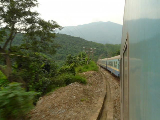 Поезда ходят советские. Даже расцветка та же. Только надписи все на вьетнамском.