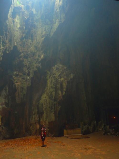 """Раньше пещеры назывались """"мраморными"""". Теперь весь мрамор выкопали и продали туристам в виде будд, львов и прочих фигурок и статуй."""