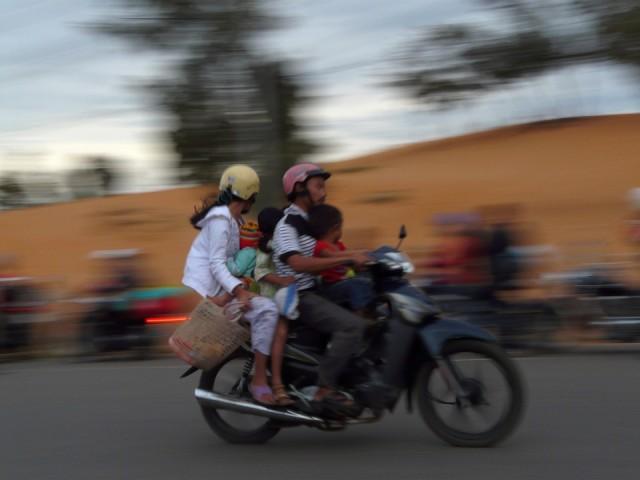 Иногда кажется, что никаких пределов количеству перевозимых пассажиров во Вьетнаме нет.