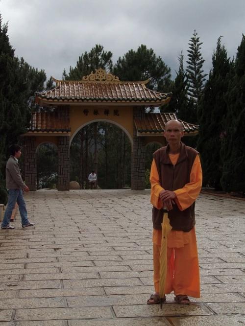 В котором живет самый главный дзэнский монах. Кстати, при желании, можно приехать и помедитировать недельку. При монастыре есть гостевые комнаты.