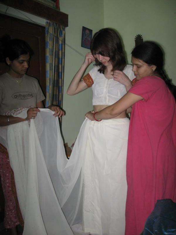 меня одевают в сари