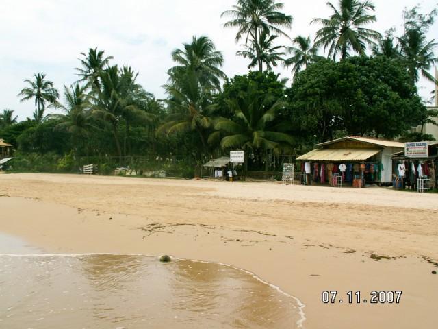 Пляж у отеля.