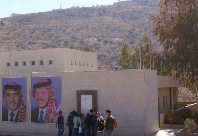 У короля Иордании голубые глаза  и он унаследовал от отца слабость к красивым женщинам, спортивным автомобилям и комфорту