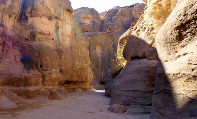 Чтобы сохранить воду, местные жители вырубали каналы в скале