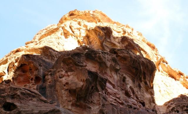 Скалы в ущелье меняют цвет в зависимости от солнечного освещения