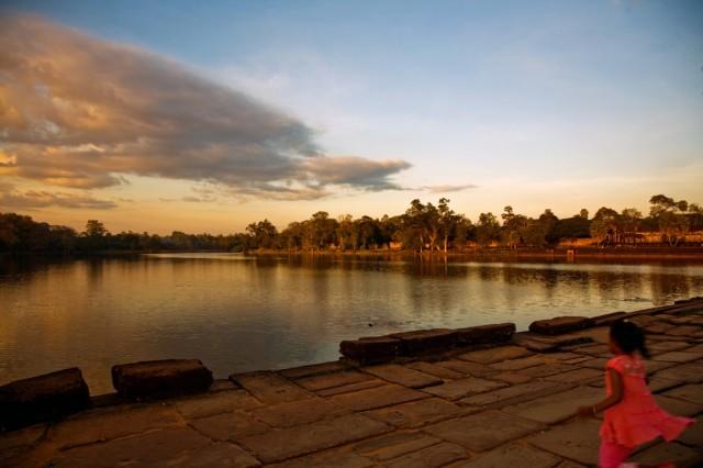 Вековые плиты дороги к центральному храму Ангкора