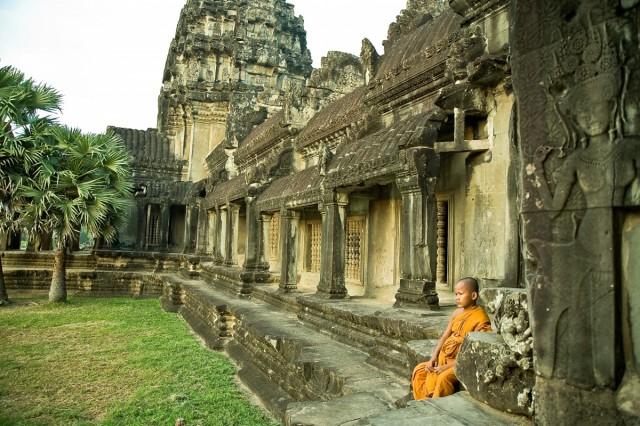 Ангкор. Маленькие служители культа при входе в Ценральный двор. Этот мальчик - добровольный служитель внутренних культовых уголков...