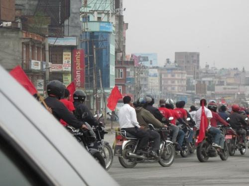 30 апреля: моторизированные красные заполняют Катманду