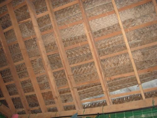 плетеная, усиленная клеенкой крыша - все равно течет!