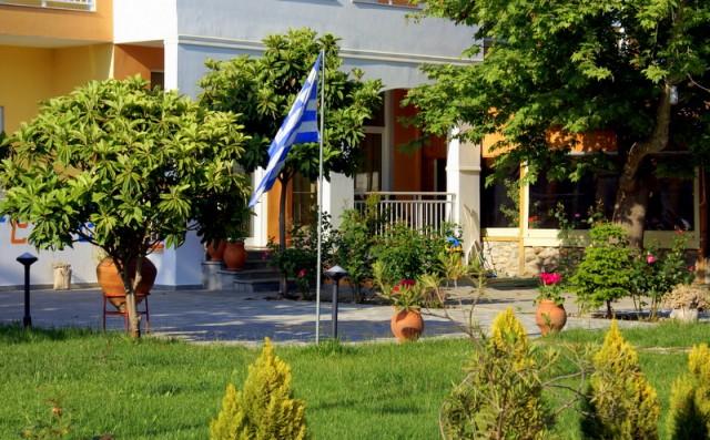 Утопающие в зелени дома и греческий флаг