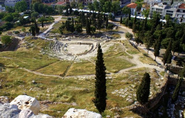 Театр Диониса расположен у южного подножья Акрополя
