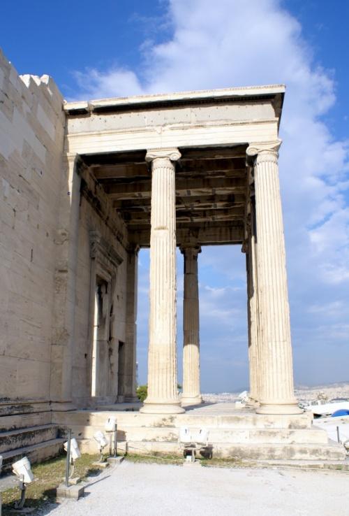 Храм Эрехтейон. На этом месте произошла «дуэль» между Афиной и Посейдоном