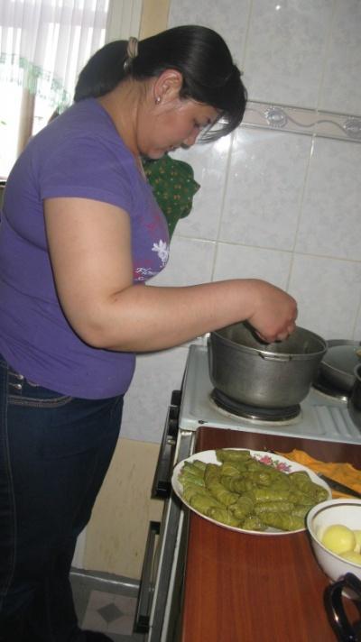 Наргиза готовит долму