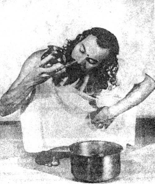 Джала-нети: Вода, влитая в одну ноздрю, выливается из другой.