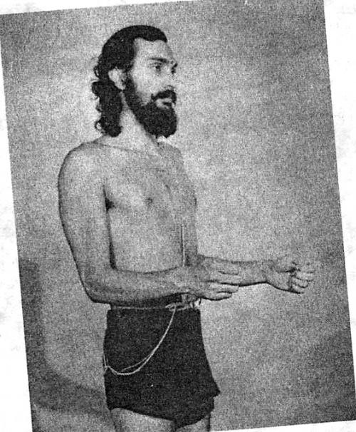 Укрепление плеч:Сгибаем руки в локтях, как показано на фото.