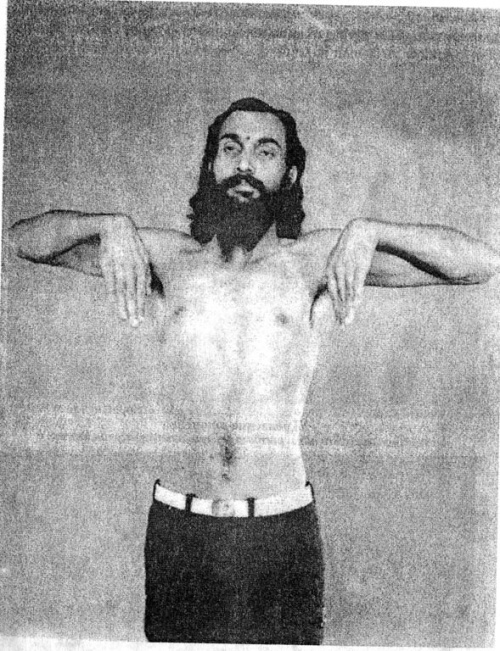 Укрепление тыльной стороны кистей: Согнув руки в локтях и расправив ладони, выгибаем кисти вниз. Выполняется вместе с упражнением на предыдущем фото.