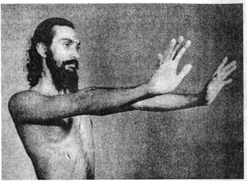 Укрепление ладоней: Выгибаем кисти вниз, растопырив пальцы как можно шире.