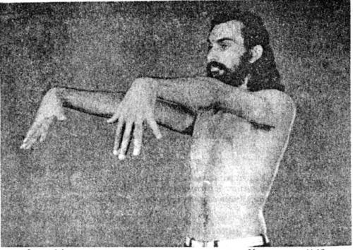 Укрепление ладоней: Теперь выгибаем кисти вниз. Выполняется вместе с упражнением на предыдущем фото.