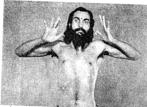 Укрепление ладоней: Выгибаем кисти вверх, согнув руки в локтях.