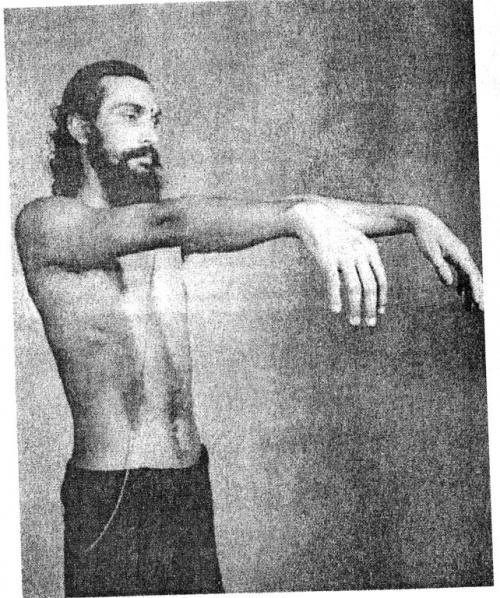 Укрепление пальцев: Держа руки напряженными, расслабляем кисти и даем им свободно опуститься.