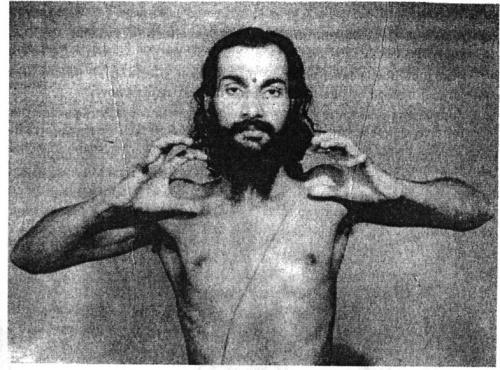 Укрепление пальцев: Руки согнуты в локтях, все мышцы рук и пальцев напряжены.