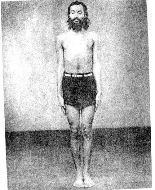Укрепление живота: Глядя в точку в полутора метрах от пальцев ног, вдыхаем и выдыхаем, напрягая и расслабляя мышцы живота.