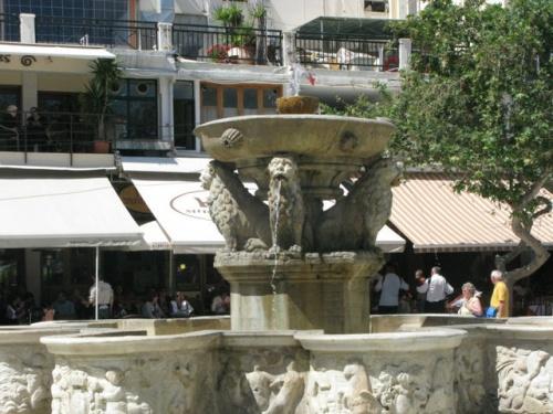 Венецианский фонтан 16 века в центре Ираклиона.