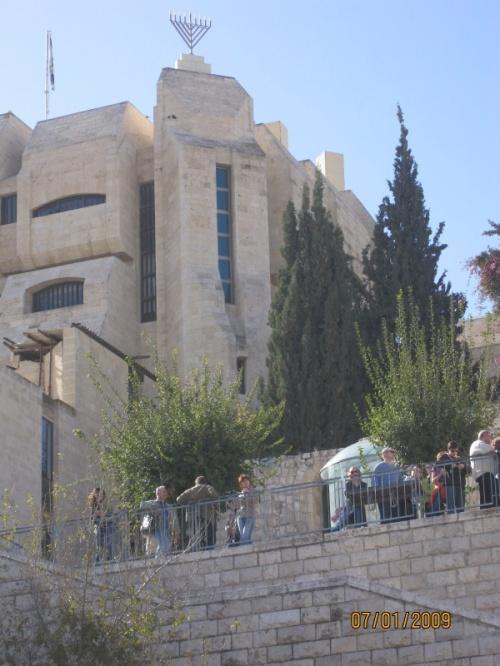 Еврейский квартал в Иерусалиме. Наверху менора