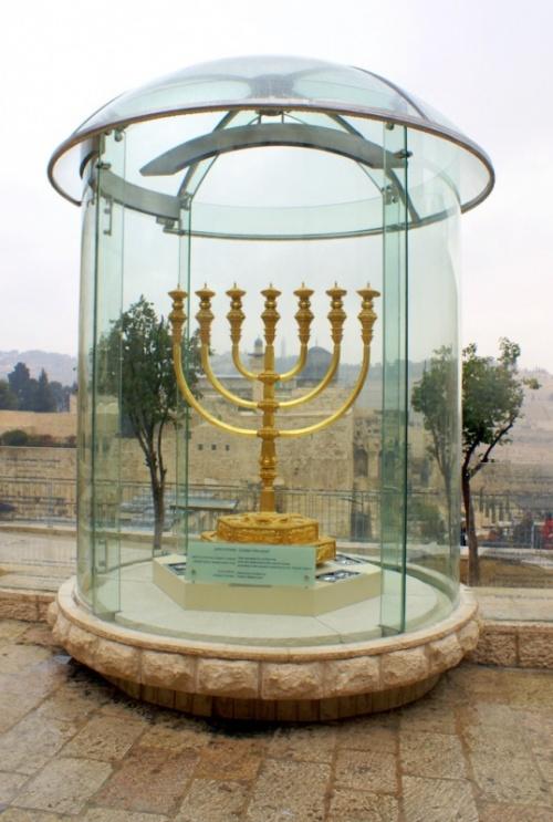 Семирожковая лампа менора -основная эмблема выживания евреев и стойкости их традиций