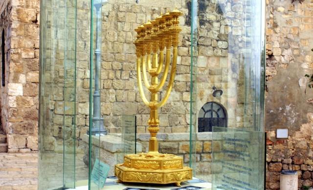 Подставка меноры напоминает основание Храма