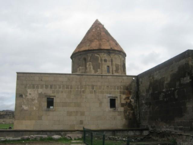 На территории находится небольшая мечеть 12 в