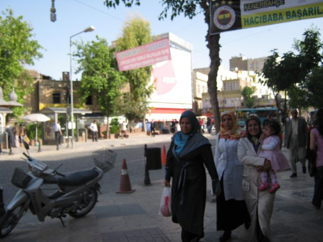 на улице около +30.Местные дамы ни за что не снимут своих плащей.Хотя приемлемая муслимская одежда существует