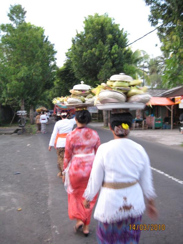 женщины несут жертвоприношения в храм