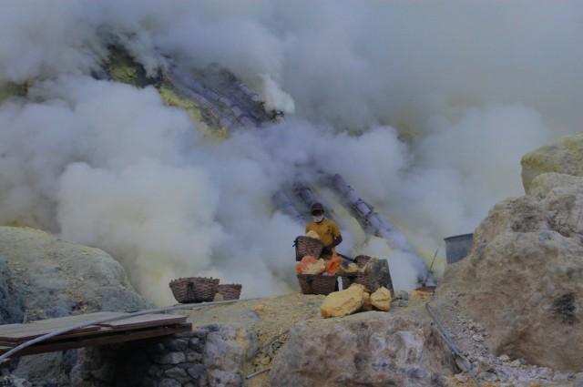 В редкие минуты, когда ветер отгоняет ядовитый дым начинается работа