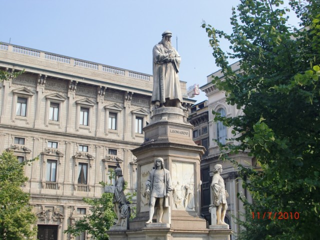 На площади перед театром - памятник Леонардо